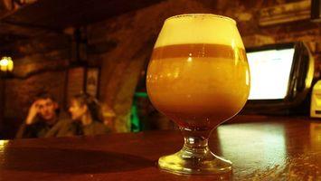 Фото бесплатно коктейль, бокал, пенка, слои, жидкость, алкоголь, стол, бар, напитки