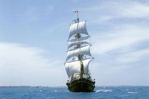 Заставки корабль, парус, плыть, флаги, небо, облака, вода