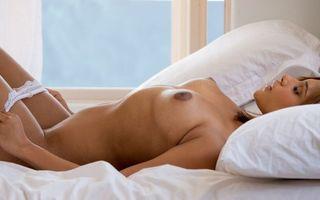 Обои naked, women, model, breast, nipples, bed, эротика, девушки