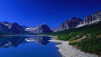 Бесплатные фото озеро,отражение,берег,трава,горы,скалы,снег