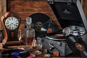 Бесплатные фото стол,патефон,пластинки виниловые,часы,графин,бокал,виски