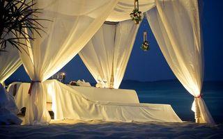 Бесплатные фото столик,навес,бокалы,вино,шампанское,пляж,берег