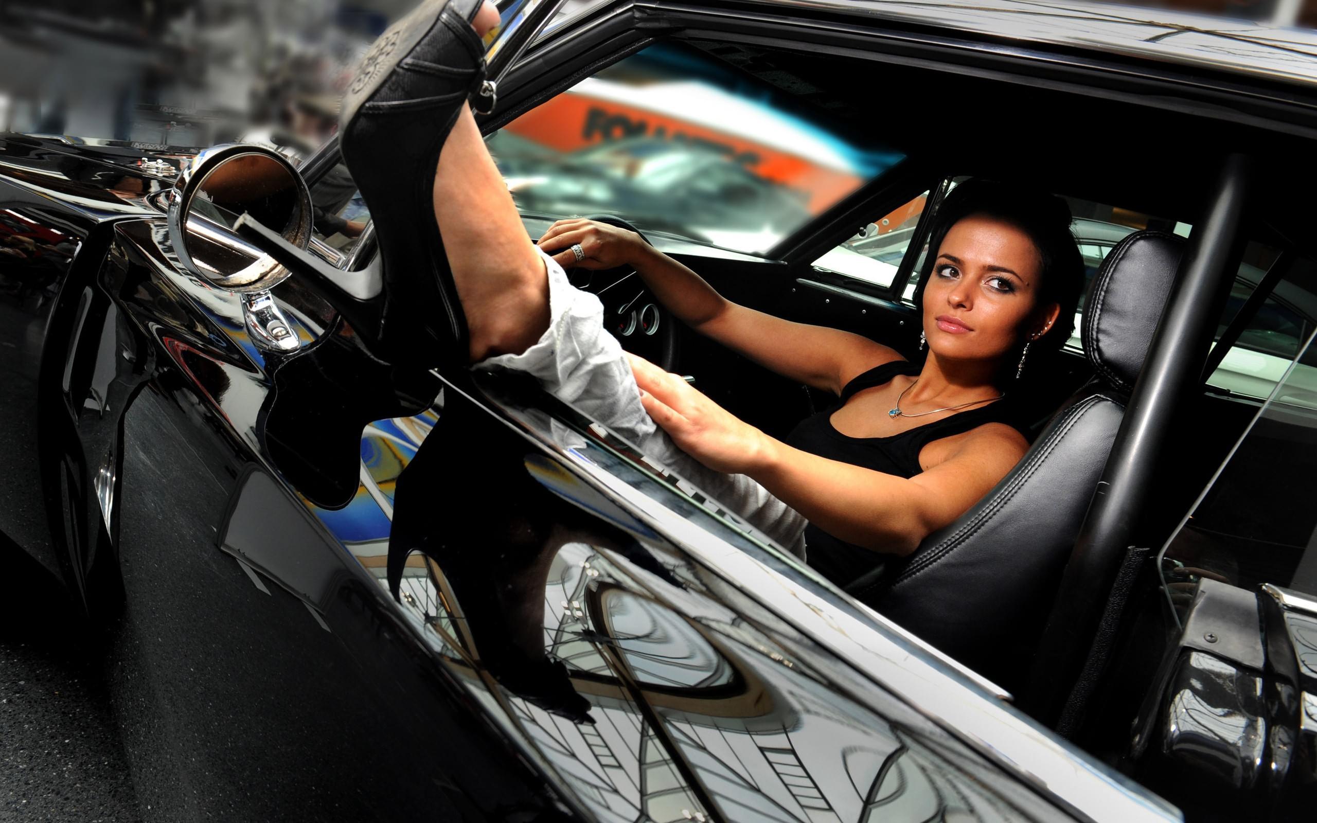 Фото девушек брюнеток за рулём 21 фотография