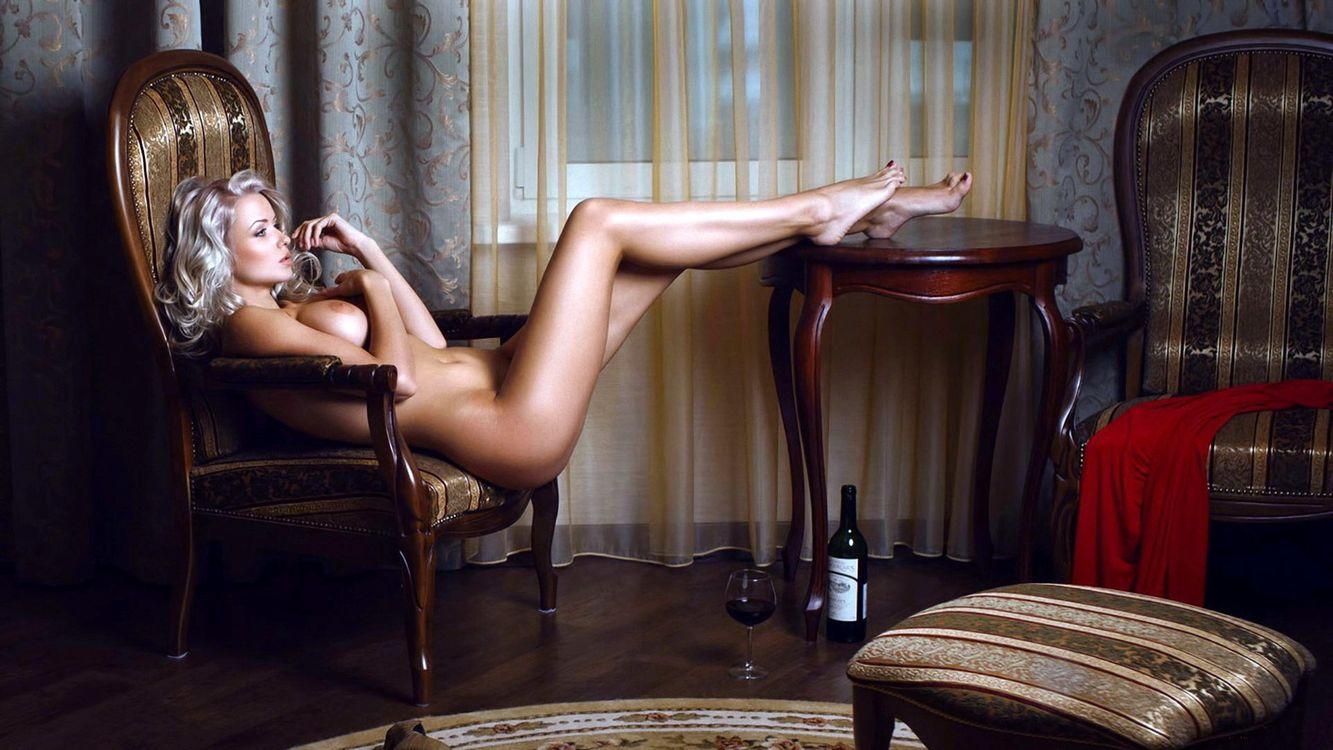 Фото бесплатно девушка, блондинка, ноги, груди, бокал, вино, эротика, эротика