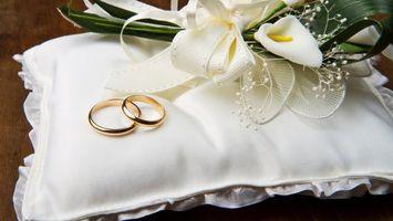 Бесплатные фото кольца,цветы,свадьба,украшения,стол,золото,разное