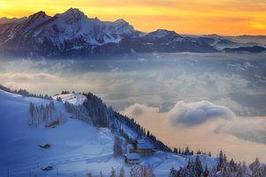 Фото бесплатно небо, закат, облака, горы, лес, деревья, дома, снег, зима, крыши, высота, природа