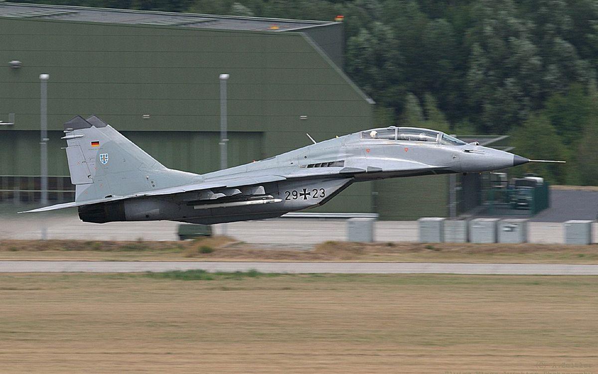 Фото бесплатно самолет, ангар, взлетка, разметка, оружие, боеприпасы, ракеты, авиация, авиация