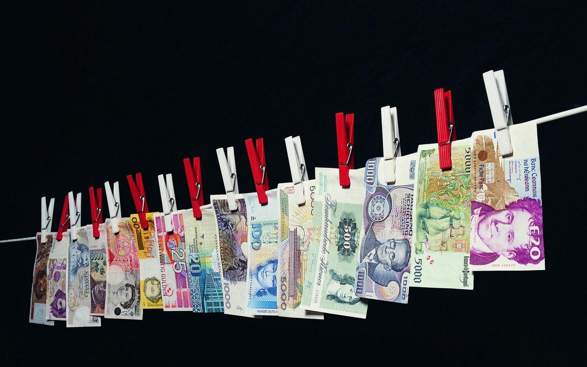 Фото бесплатно валюта, страны, нить, прищепки, черный, фон, деньги, деньги - скачать на рабочий стол