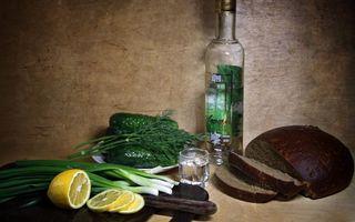 Бесплатные фото водка,лесная,красавица,закуска,хлеб,лимон,огурец