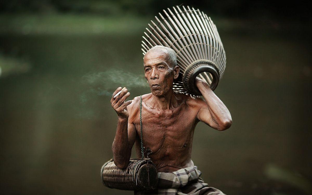 Фото бесплатно человек, негр, сигарета, корзина, плетение, ваза, тело, глаза, фото, мужчины, мужчины
