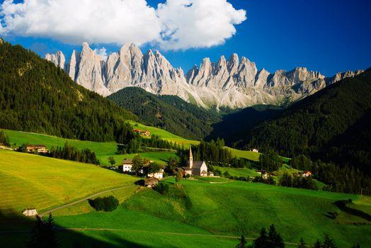 Бесплатные фото Доломиты,Альпы,Италия,The St Johann Church in the Dolomites of Italy,горы,поля,деревья,пейзаж