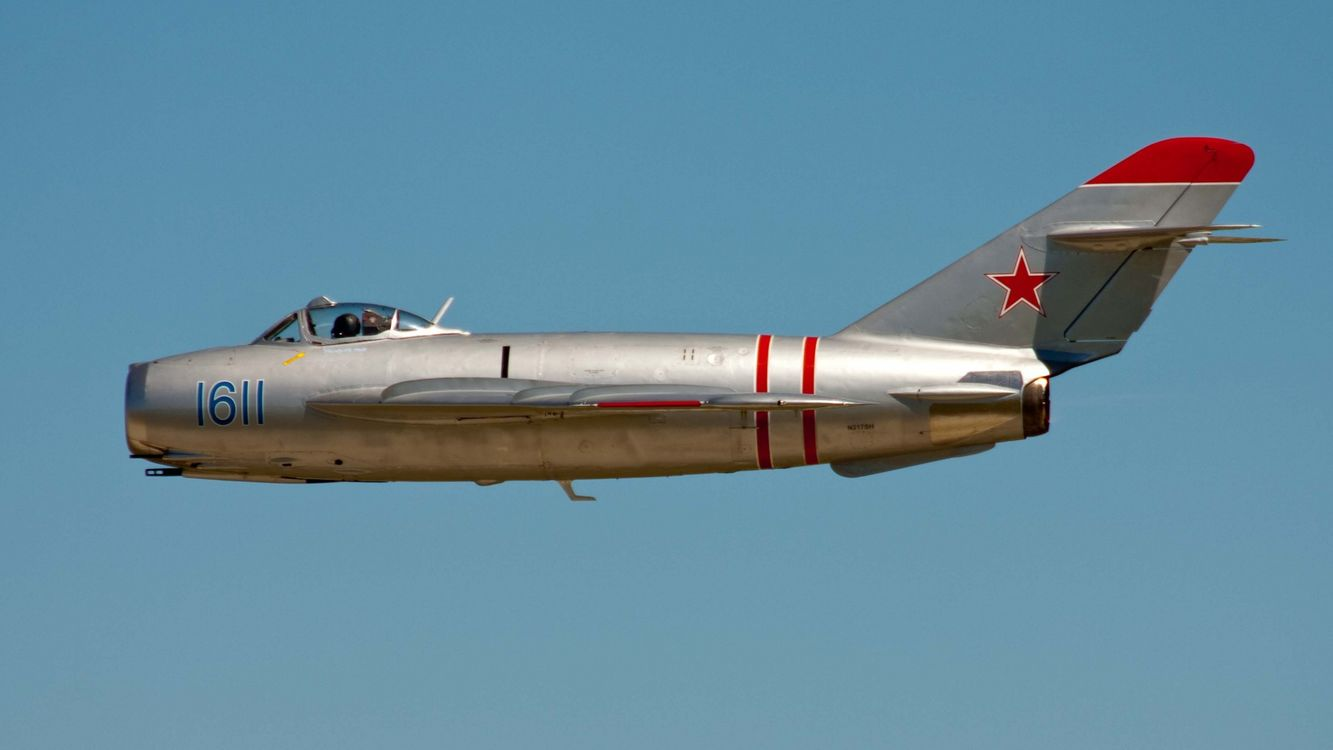 Фото бесплатно самолет, серебристый, крылья, кабина, пилот, небо, голубое, авиация, авиация