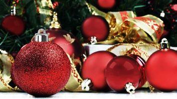 Бесплатные фото шарики,блестки,елка,украшение,ленточки,цвет,красный