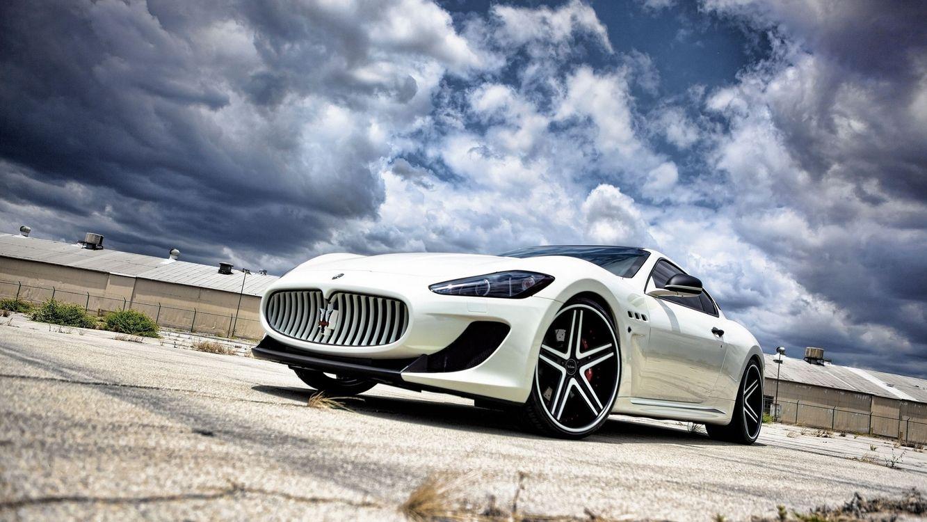 Фото бесплатно maserati, белый, автомобиль, колеса, диски, шины, решетка, небо, облака, дорога, асфальт, машины, машины