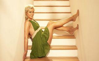Бесплатные фото блондинка,глаза,губы,платье,ноги,лестница,девушки