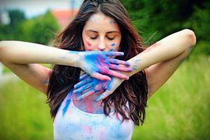 Фото бесплатно девушка, руки, краски, красивые, шатенка, длинные, волосы, девушки