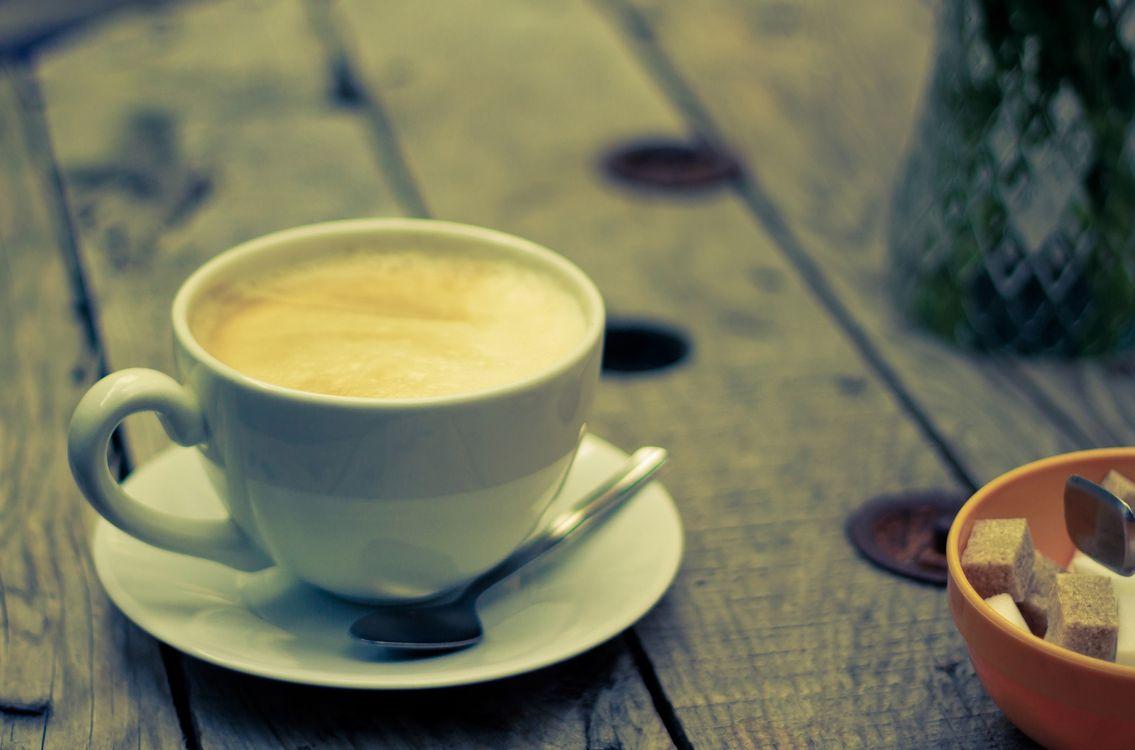 Обои кофе, чашка, кружка, сахар, лодка, тарелка, блюдце, стол, дерево, пенка, кубик, напитки на телефон | картинки напитки