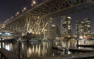 Заставки ночь, река, мост, фонари, огни, пристань, лодки, катера, яхты, здания, дома, город