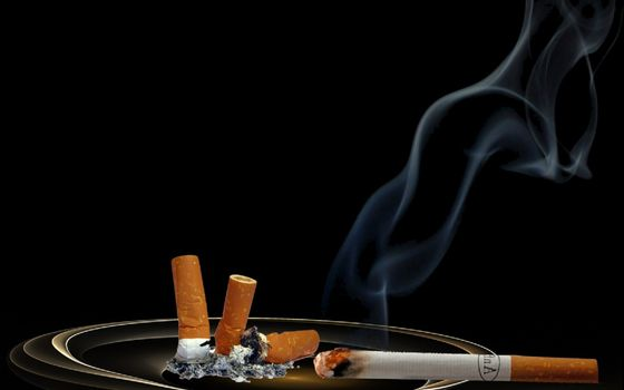 Фото бесплатно пепельница, сигарета, дым, уголь, пепел, окурки, стол, фильтр, 3d графика