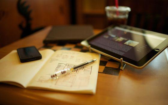 Бесплатные фото планшет,экран,стол,тетрадь,ручка,записи,hi-tech
