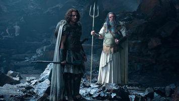 Бесплатные фото трезубец,меч,снаряжение,камни,пещера,воин,солдат