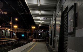 Обои вокзал, остановка, электричка, платформа, здание, табличка, туалет, город