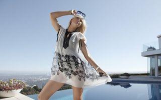 Бесплатные фото блондинка,очки,браслеты,платье,прозрачное,крыша,бассейн