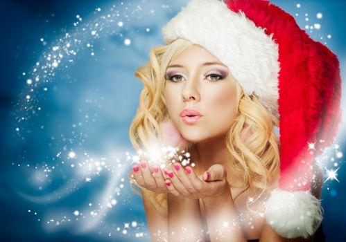 Бесплатные фото блондинка,фея,колпак,ладони,дуновение,снег,зима,девушки,новый год