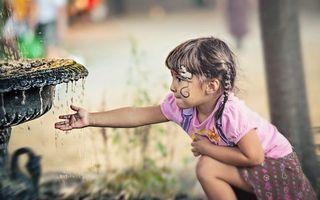 Бесплатные фото девочка,фонтан,вода,брызги,фон,косички,прическа
