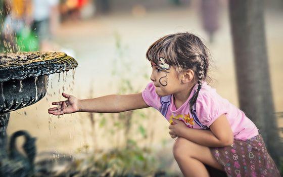 Photo free girl, fountain, water