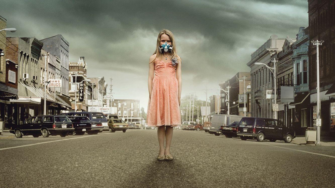 Фото бесплатно дома, улица, машины, авто, дорога, асфальт, мрак, тучи, девочка, балкон, респиратор, платье, серость, фонари, город, настроения