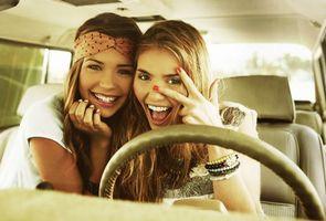Фото бесплатно две девушки, автомобиль, развлечение