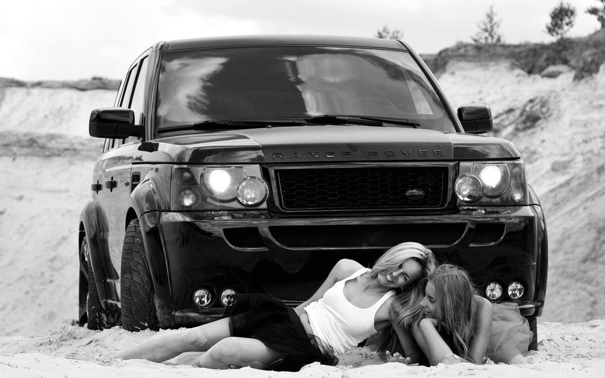 Фото бесплатно машина, черная, песок, отдых, улыбки, юбка, ноги, девушки, девушки