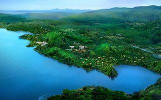 Фото бесплатно река, вода, волны, течение, трава, кусты, деревья, дома, здания, пейзажи