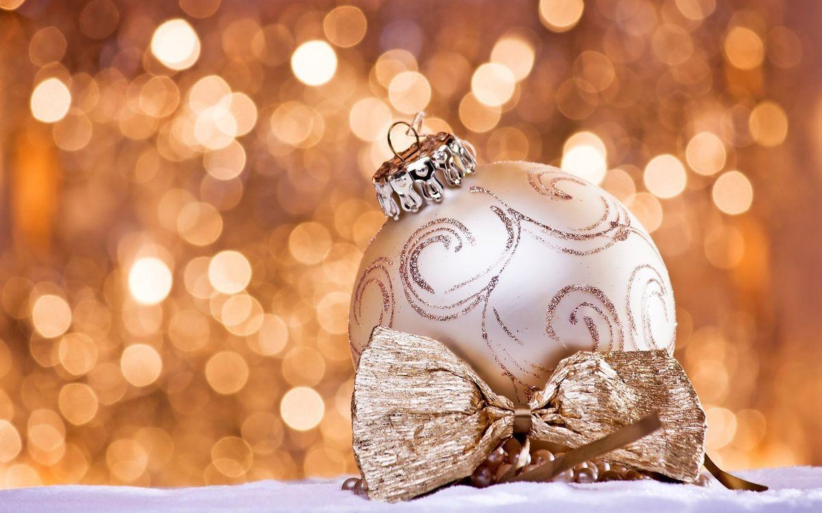 Фото бесплатно шарик, новогодний, свет, блики, фон, бантик, снег, бусинки, напитки, настроения, праздники, праздники