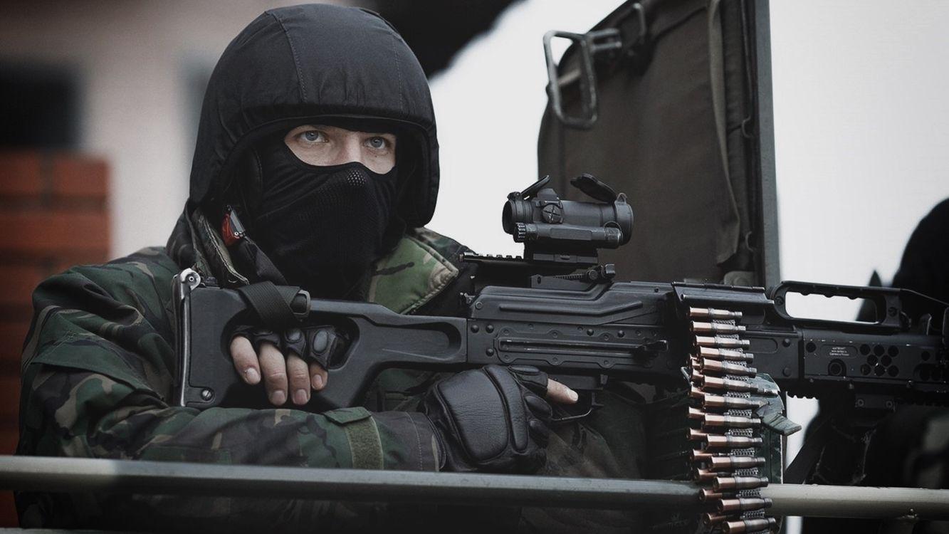 Фото бесплатно солдат, пулемет, маска, черная, приклад, патроны, оружие, оружие