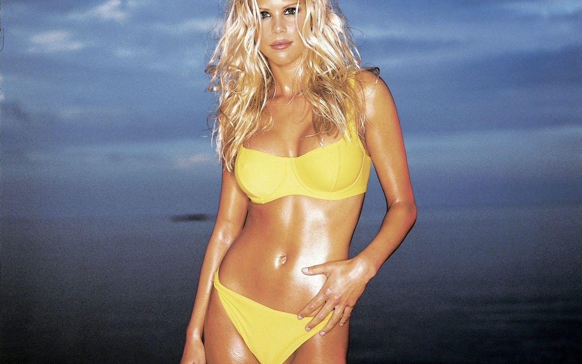 Фото бесплатно блондинка, купальник, желтый - на рабочий стол