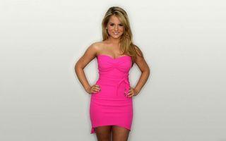 Бесплатные фото блондинка,платье,розовое,улыбка,глаза,руки,девушки