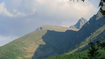 Заставки горы, скалы, трава, мох, деревья, елки, небо