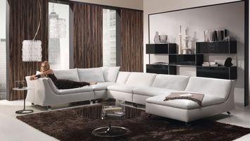 Бесплатные фото гостинная,диван,белый,девушка,столик,люстра,интерьер