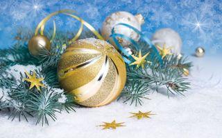 Заставки новогодний золотистый шар,звёзды,ленты,снежинки,еловые ветки,снег,новый год