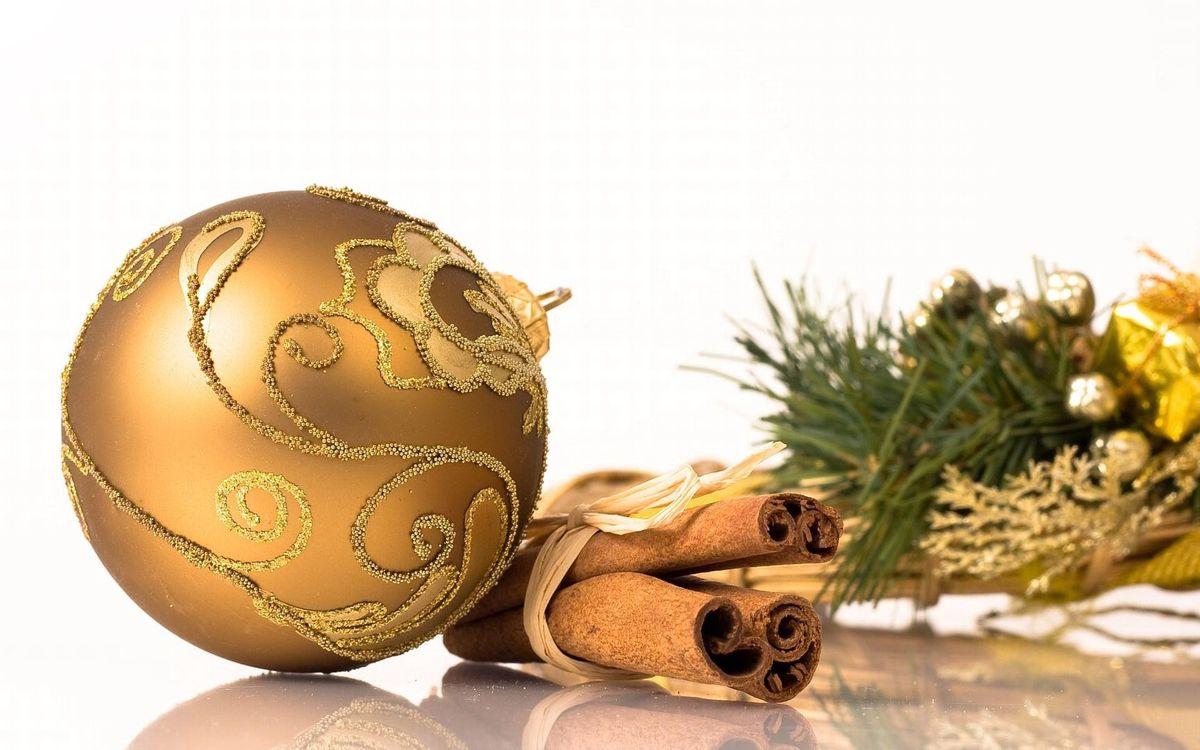 Фото бесплатно шарик, елочный, новогодний, украшение, корица, ваниль, ветки, стол, новый год, настроения, праздники, праздники