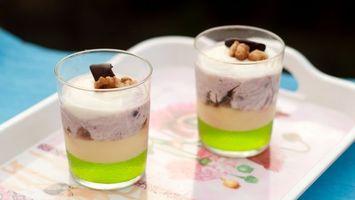 Бесплатные фото стаканы,мороженное,орехи,поднос,сок,зеленый,напитки