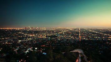 Бесплатные фото город,вечер,свет,в окнах,закат,чистое небо,холм