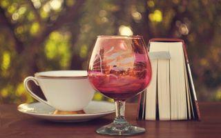 Обои бокал, отражение, стол, фокусировка, книга, чашка, разное