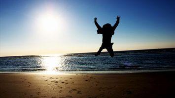 Фото бесплатно человек, парень, песок, следы, вода, море, океан, солнце, пейзажи
