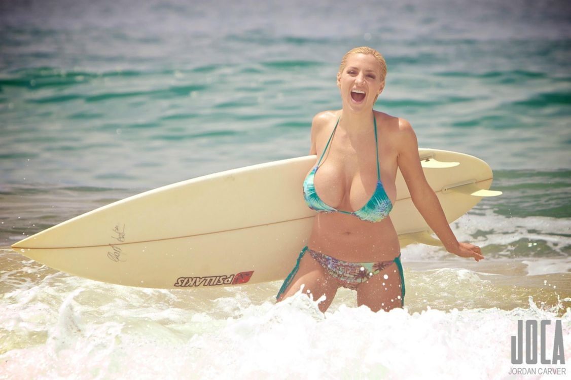Фото бесплатно jordan carver, water, surf board, бикини, big boobs, модель, ocean, эротика, эротика