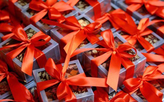 Фото бесплатно подарки, упаковка, коробки, ленточка, бумага, случай, повод, красный, цвет, новый год, настроения, праздники