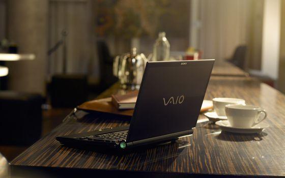 Бесплатные фото стол,чашка,тарелка,ноутбук,блокнот,папка,комната,разное