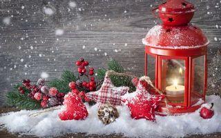 Бесплатные фото украшения,стена,снег,фонарь,елка,шишки,звезды